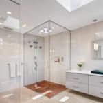 Фото: Стеклянные ограждения до потолка хорошо помогают уменьшить влажность в помещении