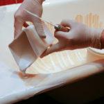 Фото:Равномерно наносите краску кисточкой при реставрации ванны