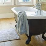 Фото: Коврик возле ванной должен хорошо впитывать влагу