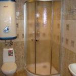 Фото: Большой водонагреватель над туалетом