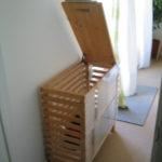 Фото: Деревянная настенная корзина для белья