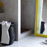 Фото: Темная настенная корзина для белья