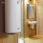 Фото: Светлый водонагреватель в ванной комнате