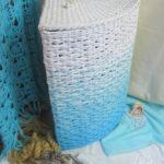 Фото: Белая угловая корзина для белья