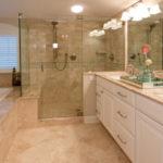 Фото: Бежевая ванная комната с душем без поддона