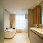 Фото: Бежевая ванная комната с окном