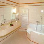 Фото: Бежевая ванная комната с угловой ванной