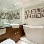 Фото: Большая ванная комната с необычной керамической ванной