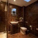 Фото: Большая коричневая ванная комната