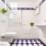 Фото: Ванная комната 5 кв м бело-фиолетовая