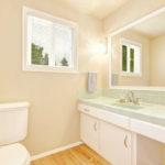 Фото: Дизайн светлой ванной комнаты с мебелью