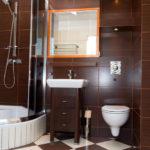 Фото: Коричневая ванная комната с душевой кабинкой