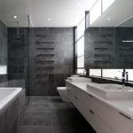 Фото: Просторная серая ванная комната