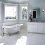 Фото: Светлая ванная комната с окном