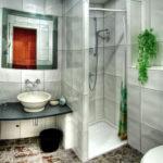 Фото: Серая ванная комната с живыми цветами