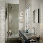 Фото: Серая ванная комната с окном