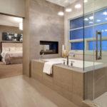 Красивая ванная в спальне с разделением стенкой