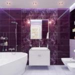 Красивая яркая ванная комната