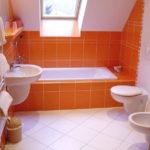Оранжевая ванная комната в мансарде
