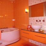 Однотонная оранжевая ванная комната