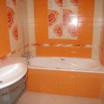 Оранжевая ванная с цветами