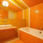 Ярко оранжевая ванная комната с желтыми полосами