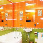 Необычное яркое сочетание цветов в ванной комнате