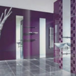 Фиолетовая ванная комната с белой раковиной