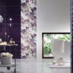 Темно фиолетовая ванная с цветами