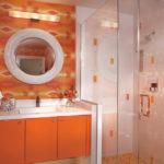 Сочетание в ванной оранжевого и белого цветов