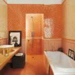 Яркая оранжевая ванная комната