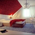 спальня на мансарде красного цвета