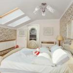 спальня на мансарде белого цвета