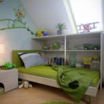 детская на мансарде зеленого цвета