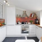 Кухня на мансарде белого цвета