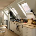 Кухня на мансарде с большими окнами