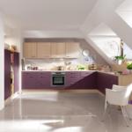 Кухня на мансарде в фиолетовом цвете