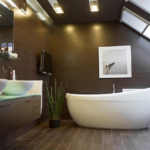 Коричневая ванная комната на мансарде