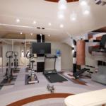 просторный тренажерный зал на мансарде