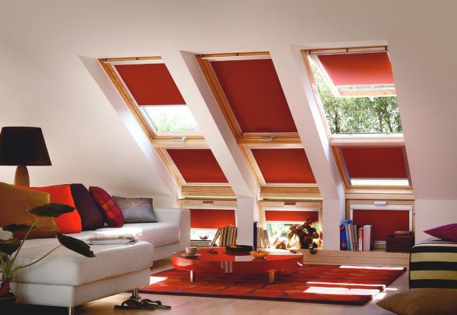 большие окна с красными жалюзи